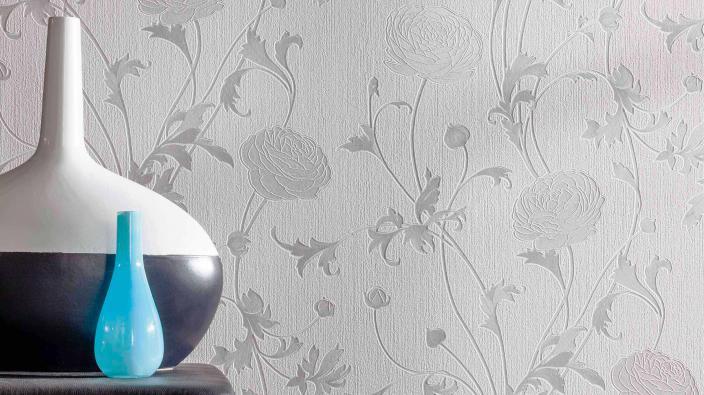 Elegante Tapete in hellem weiß-grau mit großzügigem Blütenmuster