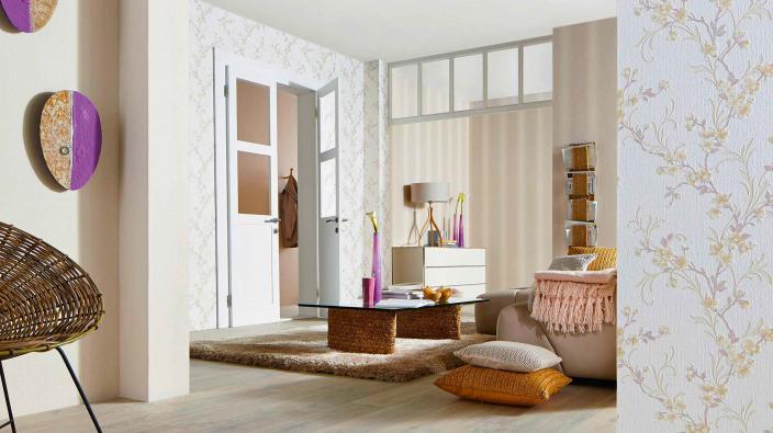 Wohnzimmer mit Tapeten in Creme und Vanille mit Blütenmuster und Streifen