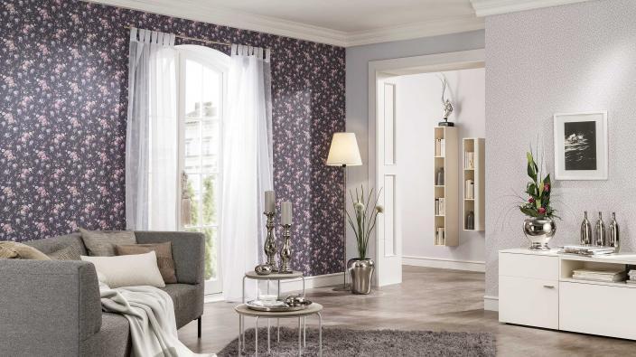 Wohnzimmer mit romantischer Blumentapete in Violett