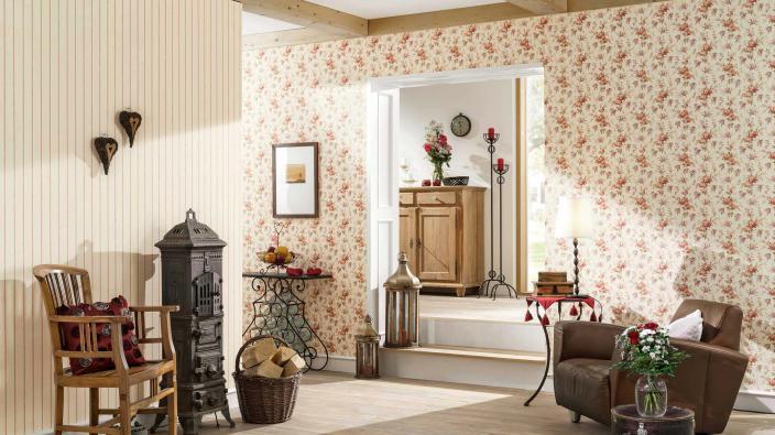 Wohnzimmer im Country Style in Rot-Creme mit rustikalen Möbeln und Blumentapete