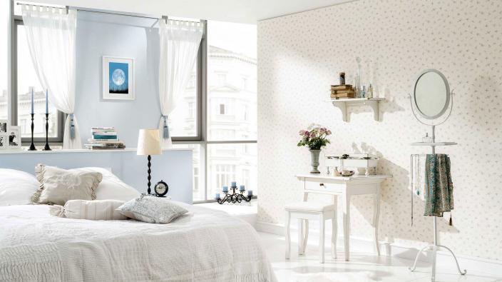 Schlafzimmer in romantischen Shabby Chic Look mit Vliestapete in lichtem Bleu