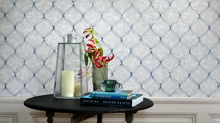 Vliestapete mit Wellengrafik in silber-weiß mit metallisch blauen  Effekten