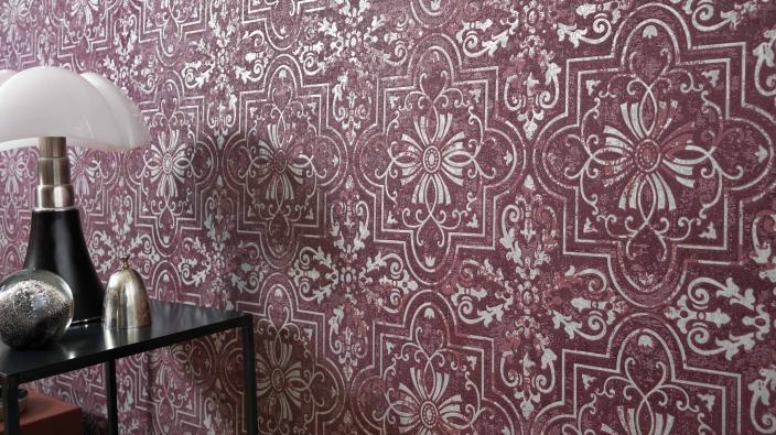 Vliestapete mit Ornamentmotiv im Vintage-Look in einem dunklen Rot und metallischen Effektenot
