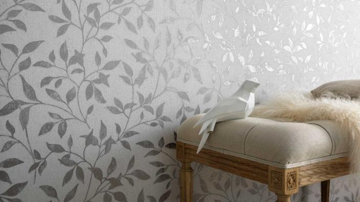 Vliestapete mit silbernem Blättermuster und weißem Hintergrund