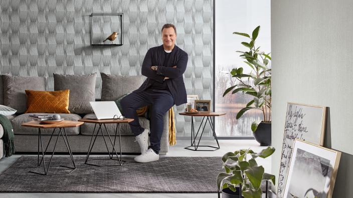 Modernes Wohnzimmer mit Guido Maria Kretschmer und seiner 3D Effekt Tapete Schimmer