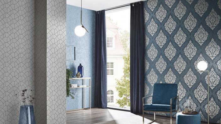 Moderner Wohnraum mit dunkelblauer Barocktapete mit Glimmer Effekten