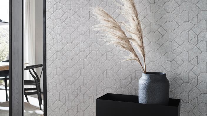 Eleganter Flur mit Vliestapete, greige farbenes Grafikmuster mit Glimmer- und 3D-Effekten