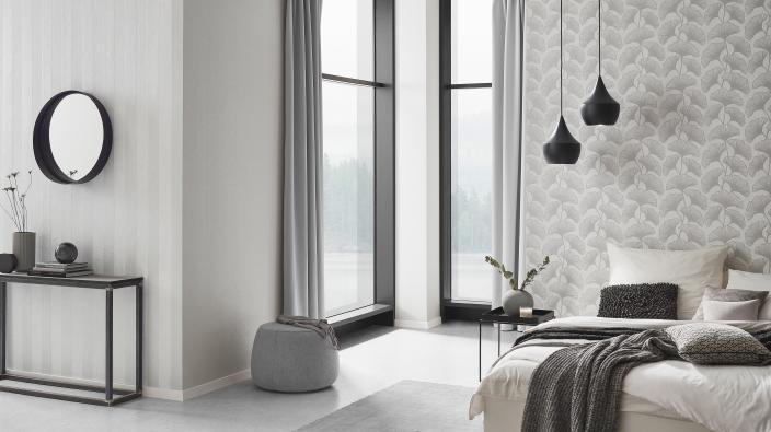 modernes Schlafzimmer mit Vliestapete in zartem Beige mit Ginko Motiv