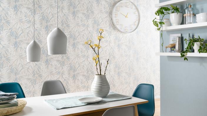 Modernes Esszimmer mit Hellblauen Blattmotiven und dazu passendem Uni