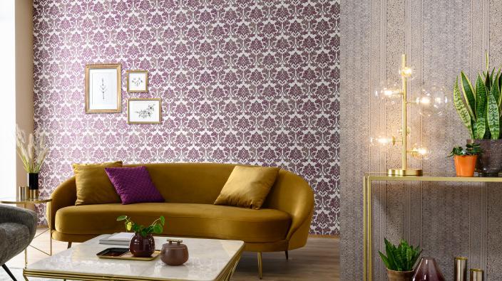 Modernes Wohnzimmer mit Lila Barcoktapete als Highlighter
