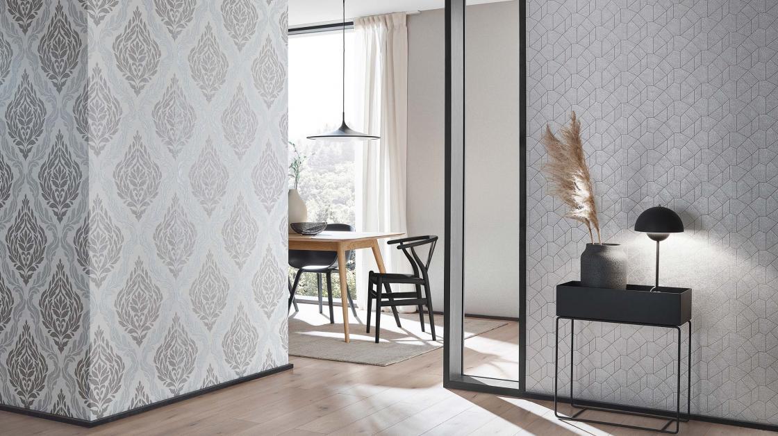 Moderner Eingangsbereich mit Barocktapete mit Glimmereffekt und hellem Design