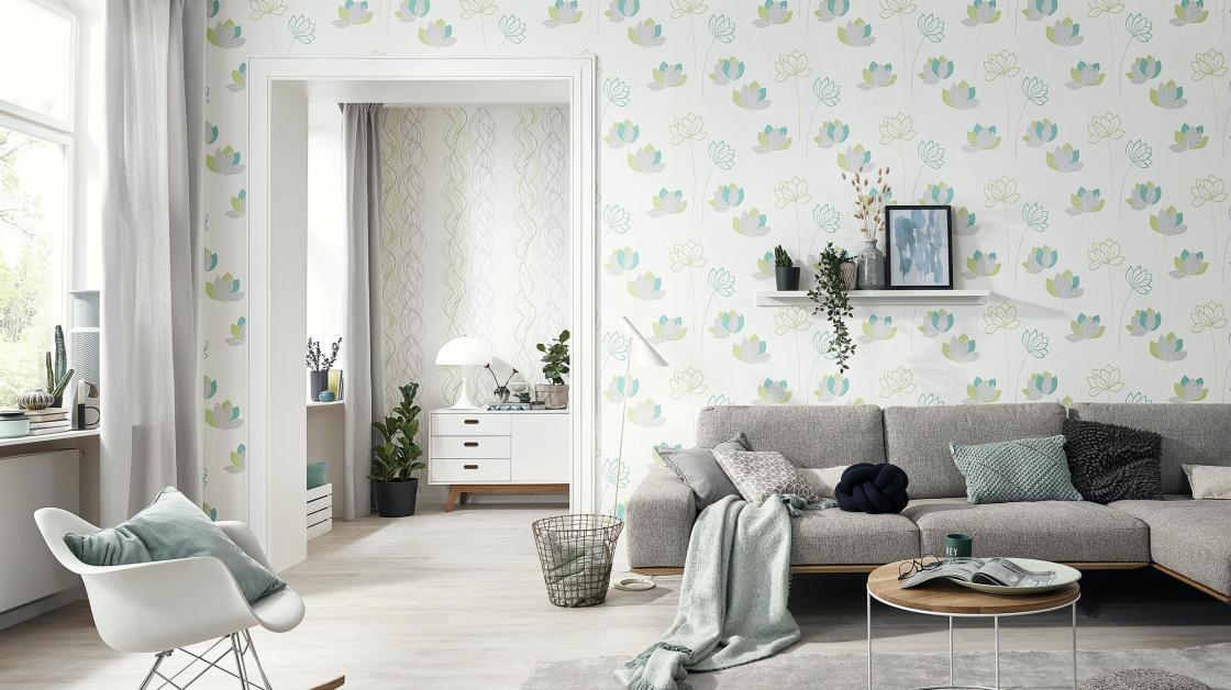 Modernes Wohnzimmer mit Wandgestaltung als Vliestapete mit Blumenmuster in frischem Grün und Mint