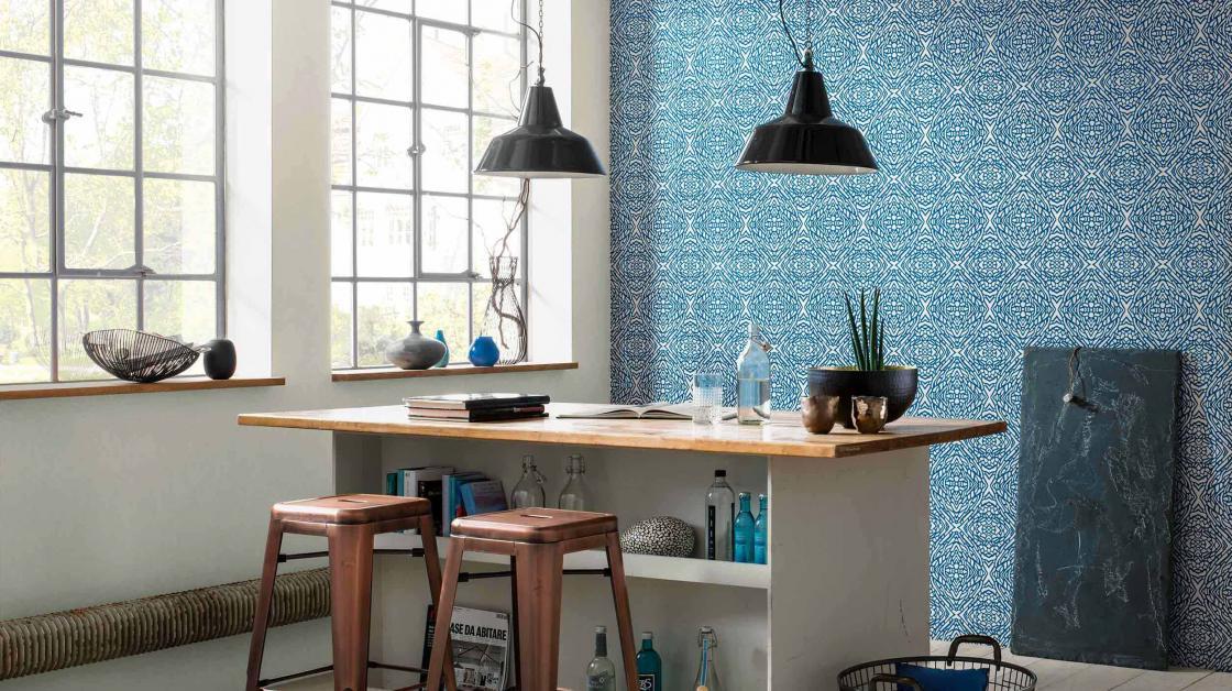 Arbeitszimmer mit Wandgestaltung in leuchtend blauer Tapete