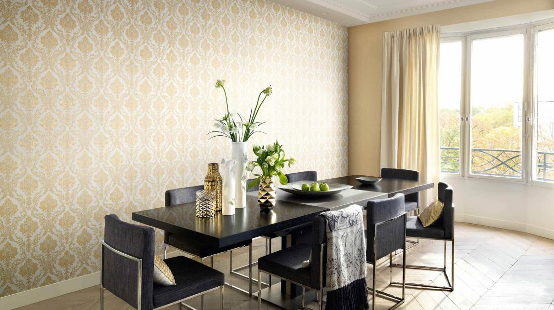 Elegantes Esszimmer mit Barocktapete in Goldocker