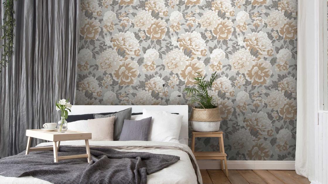 Modernes Schlafzimmer mit Blumentapete in Grau und Beige