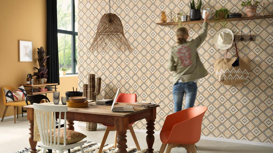 Wohnküche mit moderner Wandgestaltung mit Vliestapete im grafischen Ethno-Look in warmen Gelbtönen