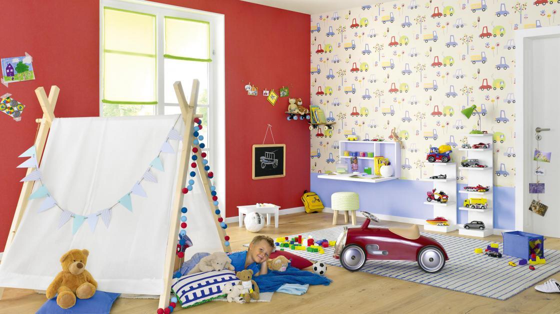 Kinderzimmer mit Papiertapete mit Auto-Motiv