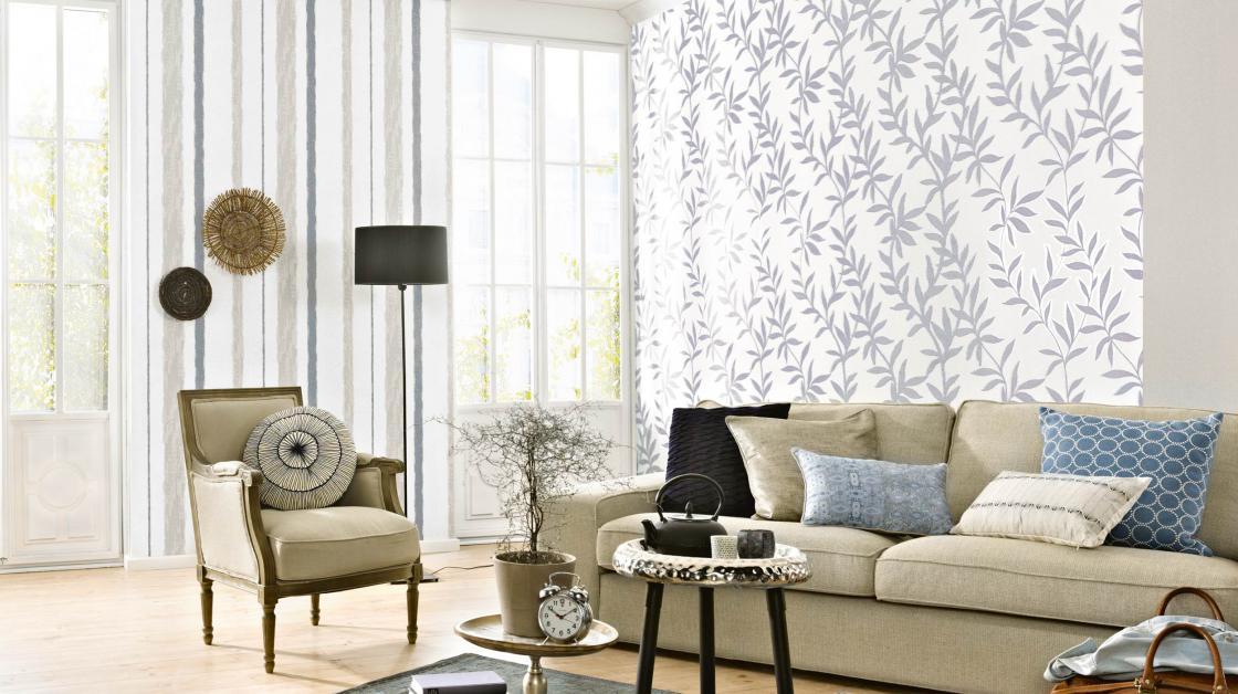 Modernes Wohnzimmer mit Tapeten in hellem Blau-Grau