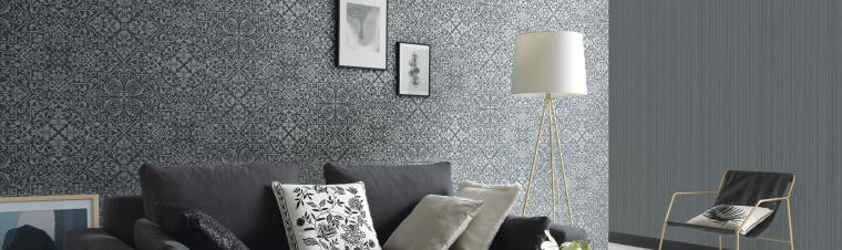 Modernes Wohnzimmer in schwarz-weiß mit orientalischer graphit grauer Vliestapete