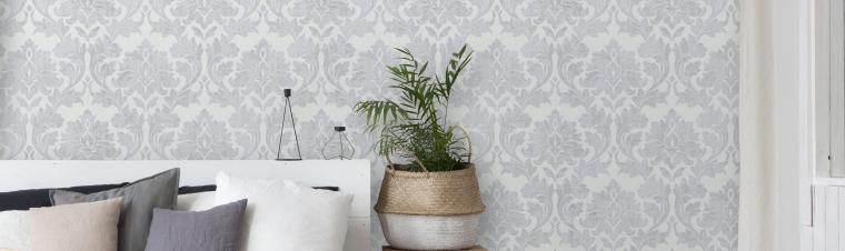 Schlafzimmer mit moderner Barocktapete in hellem Grau