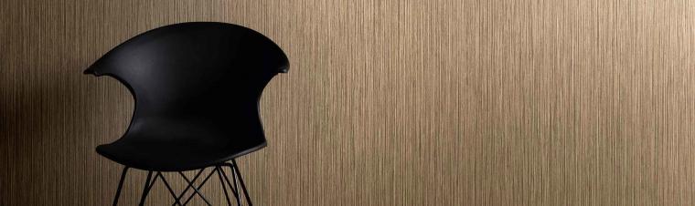 Tapete in Kaffeebraun aus der Kollektion Central-Park, moderner schwarzer Stuhl