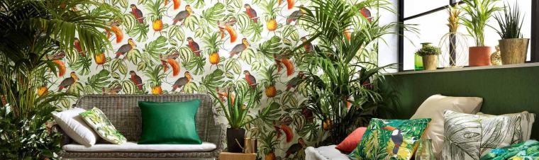 Vliestapeten mit Dschungelmuster, tropische Pflanzen, Kissen, Korb