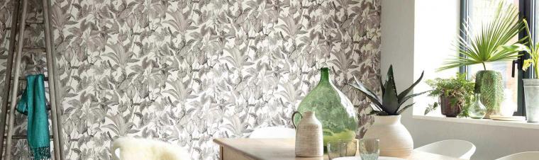 Vliestapeten Dschungelmuster in Taupe-Silber, Esszimmer, heller Holztisch, Deko Glas, Pflanzen