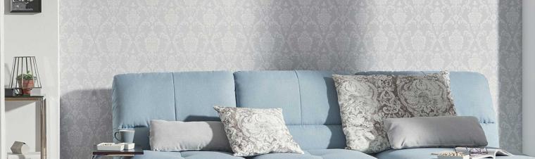 Wandgestaltung mit heller moderner Barocktapete in Blaugrau