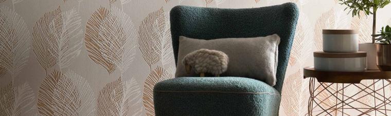 Vliestapeten Scandinja Tapetenmuster Blätter Bronze Sessel grün