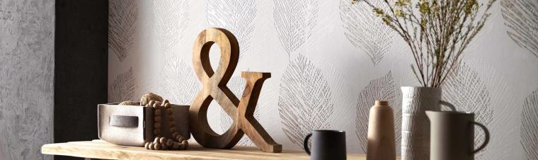 Vliestapeten Scandinja Blattmuster in Taupe Sideboard Holz Deko aus Ton