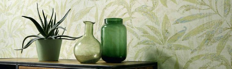Tapete mit frischem Blattmotiv in Frühlingsgrün, Greenery, Glasvasen