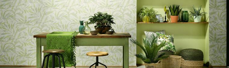 Wandgestaltung in frischem Grün, Tisch, Pflanzen, Körbe