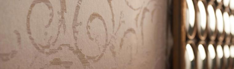 Tapetenmuster auf reinem Vliesträger in Ocker