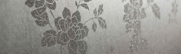 Nahaufnahme Vliestapete Blütenmuster mit echen Glasperlen