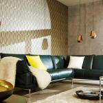 Elegantes Wohnzimmer mit moderner Tapete im Metallic-Look und Dreieck-Grafik