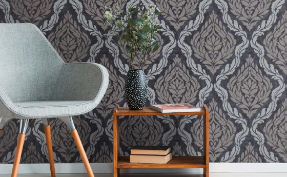 Barocktapete in Schwarz und Silber, moderner Look, heller Sessel