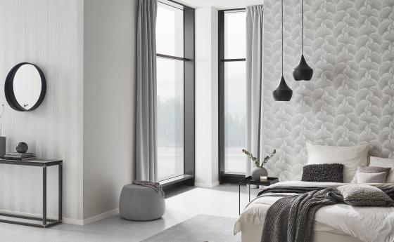 Helles Schlafzimmer mit modernen Vliestapeten, helles Design mit Ginkoblättern
