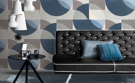Vliestapete Kreismuster in blau, schwarzes Sofa mit kleinem Tisch