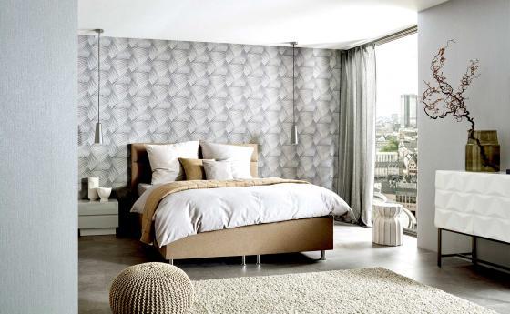 Graue Vliestapete mit schönem Muster, Schlafzimmer mit großem Bett