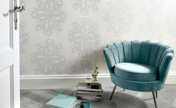 Vliestapete mit Ornament in Weiß, Blauer Sampt Sessel