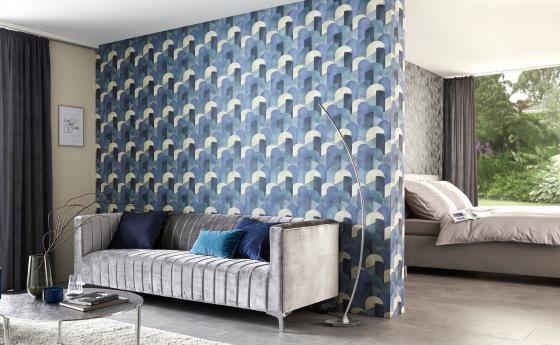 Schöne Mustertapete in Blau, Graues Sampt Sofa und Blaue Kissen