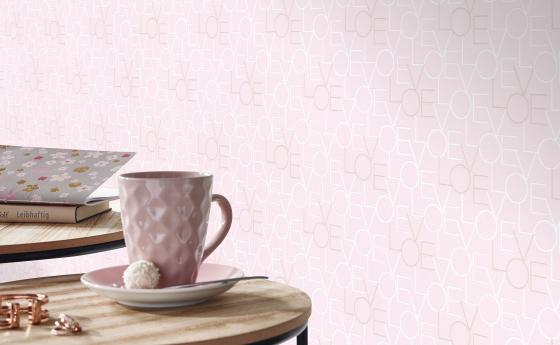 Vliestapete LOVE in zartem Rosa, kleiner Tisch, Kaffeetasse