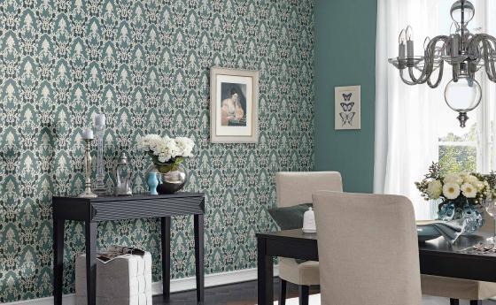 Apolonia Jaberg Vliestapete im Barock Look in edlem Grün in Esszimmer mit Kronleuchte und Silberdeko
