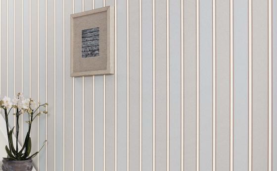 eleganter Flur mit weißem Aufgang und Vliestapete in hellen Streifen grau-taupe