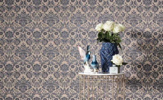Elegante Barock Vliestapete in Grau-Taupe. Kleiner Beistelltisch in Gold mit Porzellandeko und Blumenstrauß
