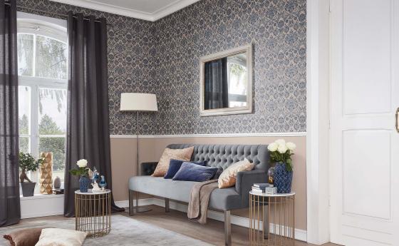 Eleganter Wohnraum mit Barock-Tapete, Ornament in Taupe und Beige, Sofa, Spiegel, Beistelltisch