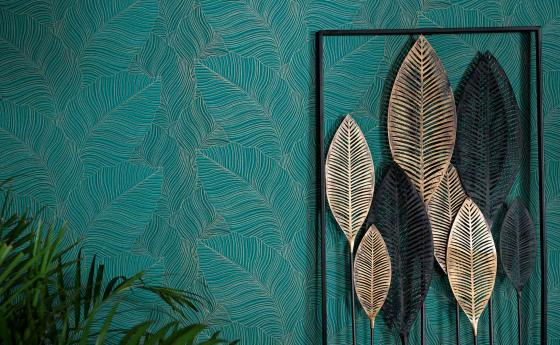 Green non-woven wallpaper in Urban Jungle style, generous leaf motif, green plant, decorative element with golden leaves