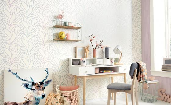 Wandgestaltung modernes feminines Arbeitszimmer, Vliestapete mit großem Rankenmuster mit Kontrast in Pastell, Schreibtisch, Stuhl, Deko