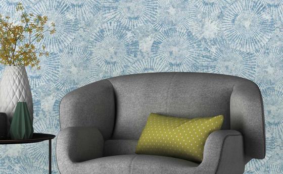 Hellblaue Vliestapete mit verwaschener Grafik