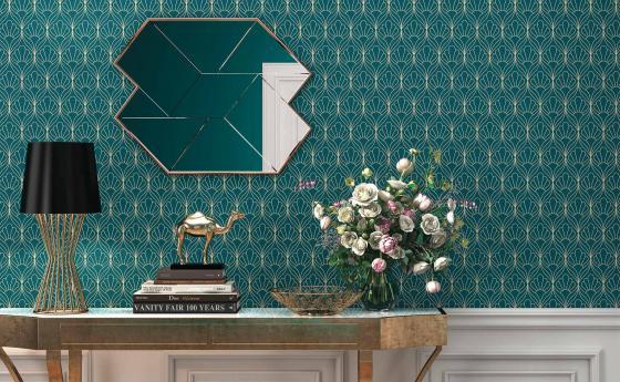 Eleganter Wohnraum mit Vliestapete art deco Motiv in Petrol und Gold, Sideboard Gold, Spiegel, Deko